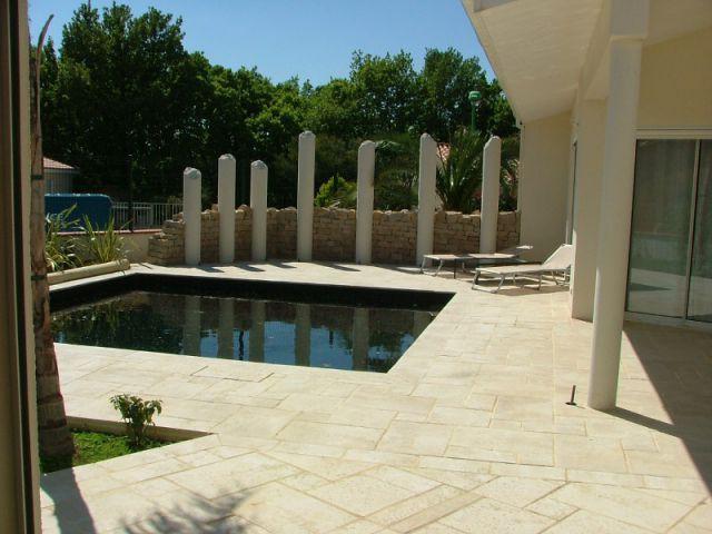 Un style péplum pour plus de cachet - Aménagement extérieur d'une villa avec patio et piscine