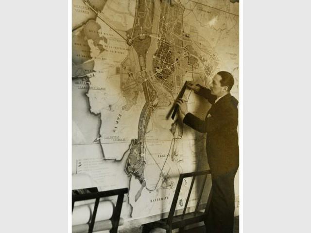 Gaston Bardet présentant le nouveau plan de Vichy