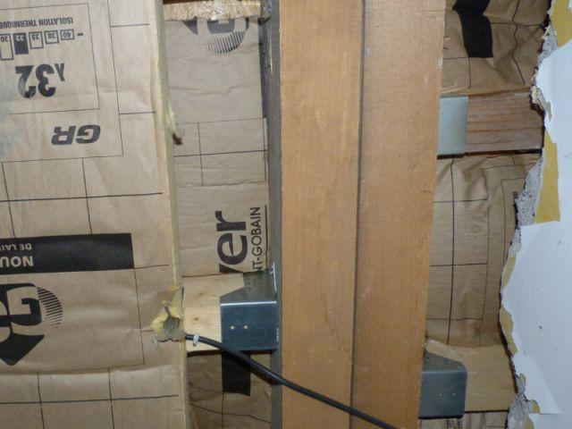L'ajout de poutres en bois pour maintenir les murs - Un grenier inexploité rénové en chambre pour enfants