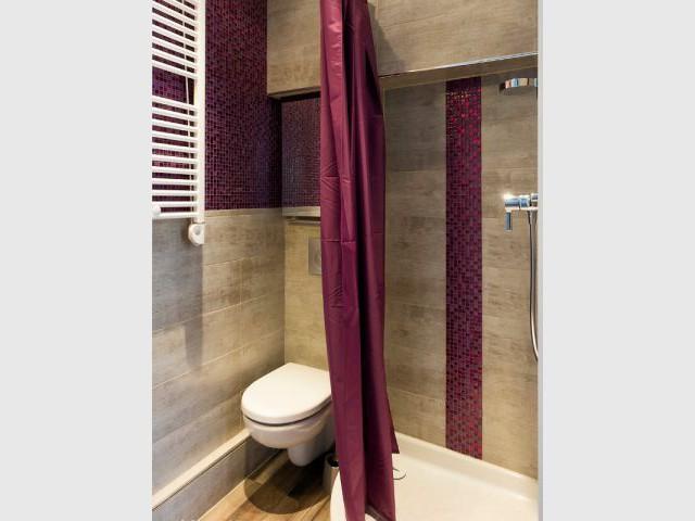 Une petite salle de bains compacte et fonctionnelle - Deux pièces optimisé au coeur de Paris