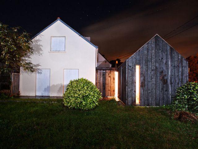 Une réplique miniature de la maison principale - Extension en bois brûlé dans le Morbihan
