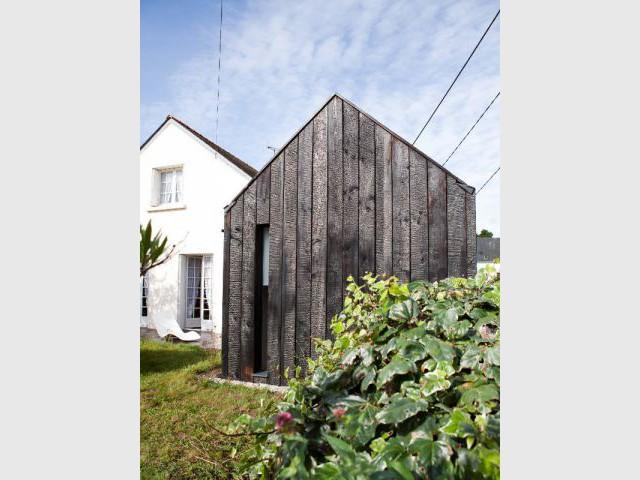 Une extension au style métissé - Extension en bois brûlé dans le Morbihan