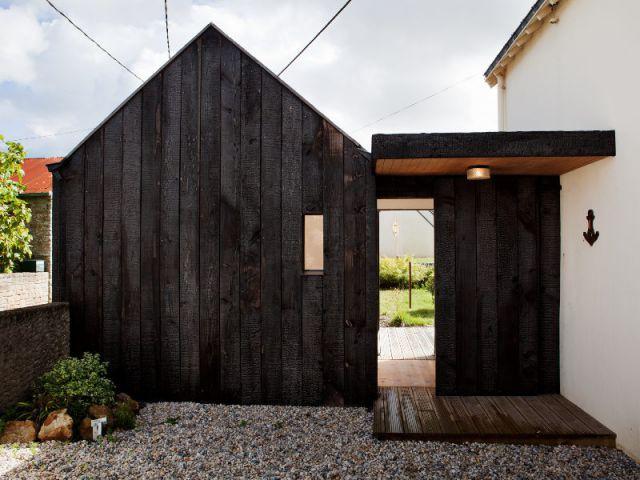 Une nouvelle entrée, carrefour de la maison - Extension en bois brûlé dans le Morbihan