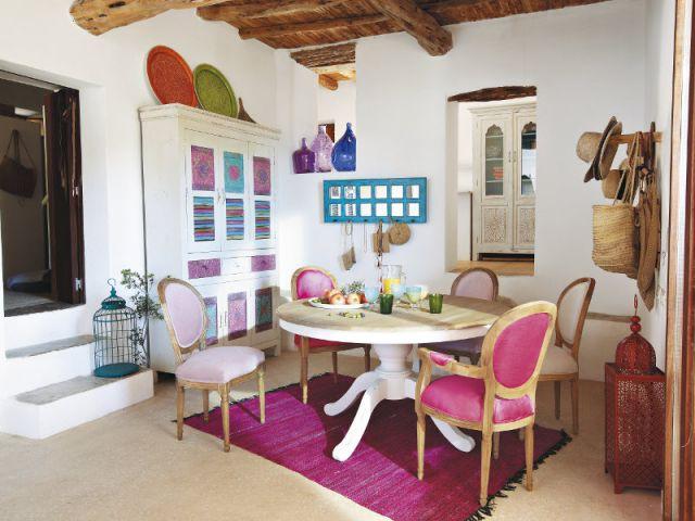 Une salle à manger avec tapis