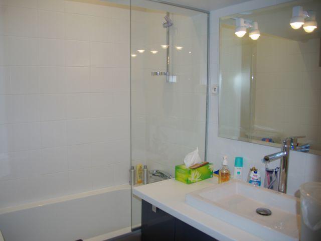 Une salle de bains sobre et efficace - Rénovation d'un trois pièces dans le 15ème arrt de Paris