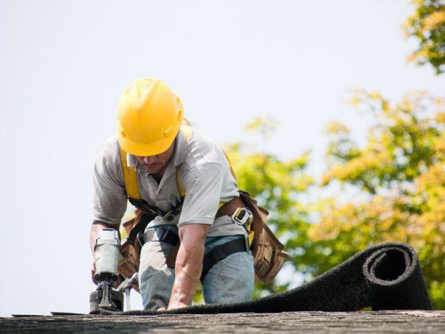 Ouvrier isolant un toit