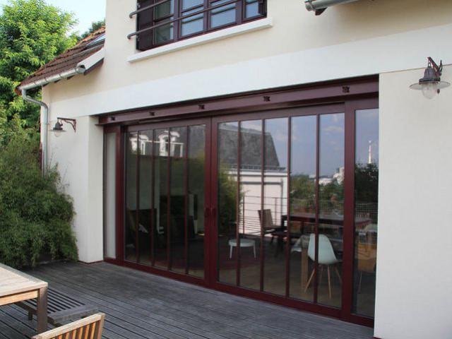 Le sol de la terrasse et du salon au même niveau - Une maison ouvrière s'offre une extension vintage