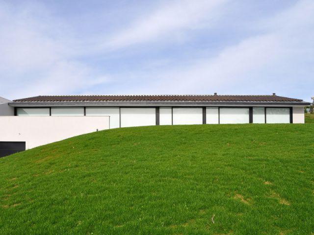 Une construction sur un terrain délicat - Une villa semi-enterrée étroite et moderne