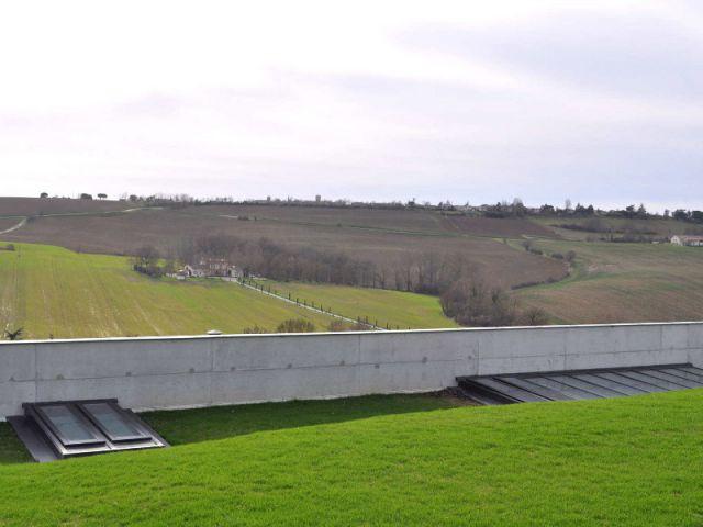 Une solution radicale : enterrer une partie de la villa - Une villa semi-enterrée étroite et moderne