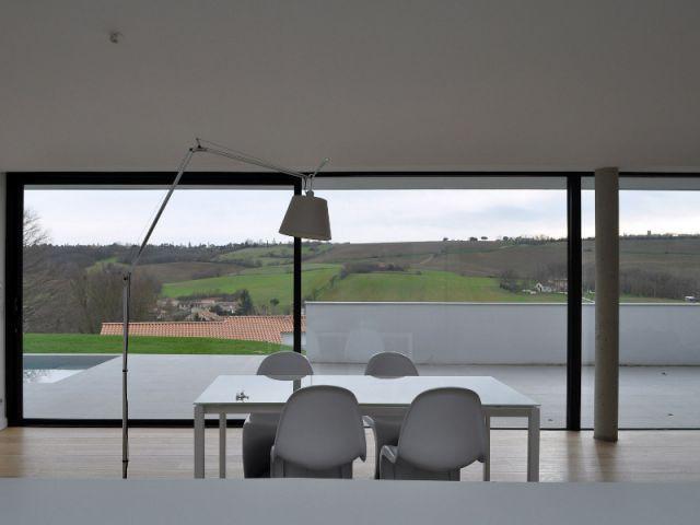 Un intérieur tourné vers l'extérieur - Une villa semi-enterrée étroite et moderne