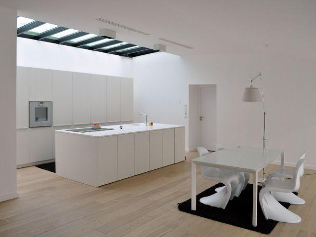 Un intérieur épuré et homogène - Une villa semi-enterrée étroite et moderne
