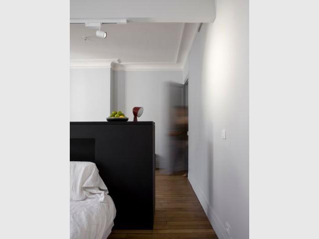 Les murs et plafonds repeints en deux teintes - Un meuble central décloisonne un appartement vétus