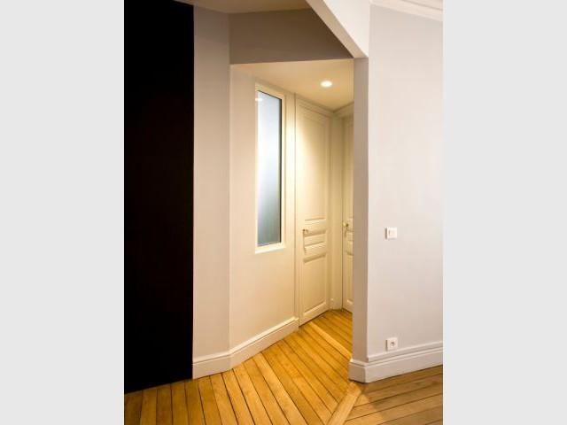 Un parquet préservé mais embelli - Un meuble central décloisonne un appartement vétus