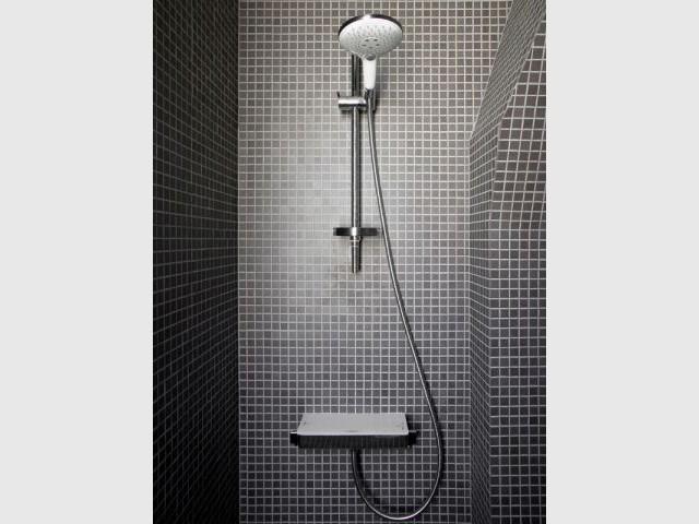 Un revêtement intégral en mosaïque - Un meuble central décloisonne un appartement vétus