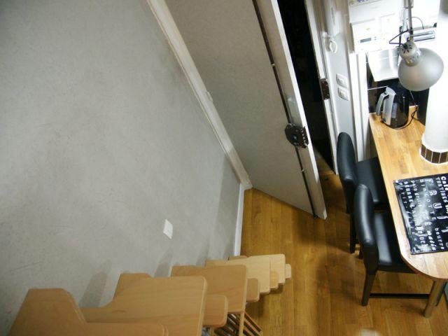 L'intégration d'un escalier à pas japonais - Loge de gardiens en studio moderne