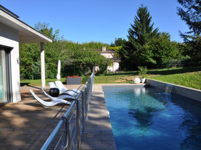 Un couloir de nage esthétique au système astucieux - Maison contemporaine à Mâcon