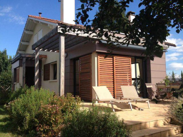 Une nouvelle terrasse orientée sud - Deux extensions en bois pour une maison plus fonctionnelle