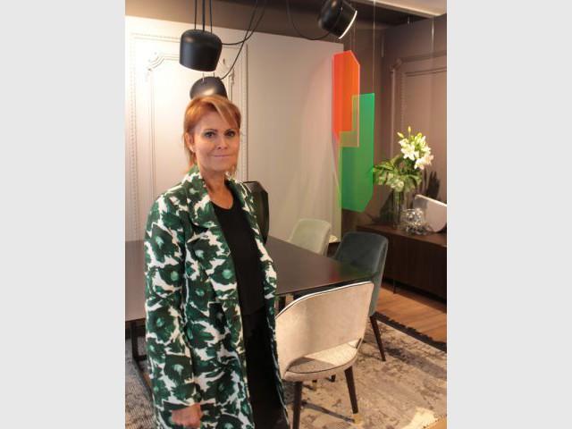 Des plexiglas géométriques révélant un mobilier luxueux - Femmes de design