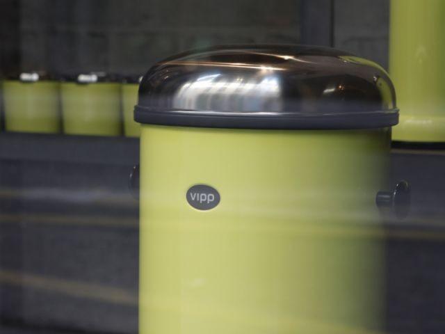 Des poubelles design fêtent les 75 ans de Vipp - Femmes de design
