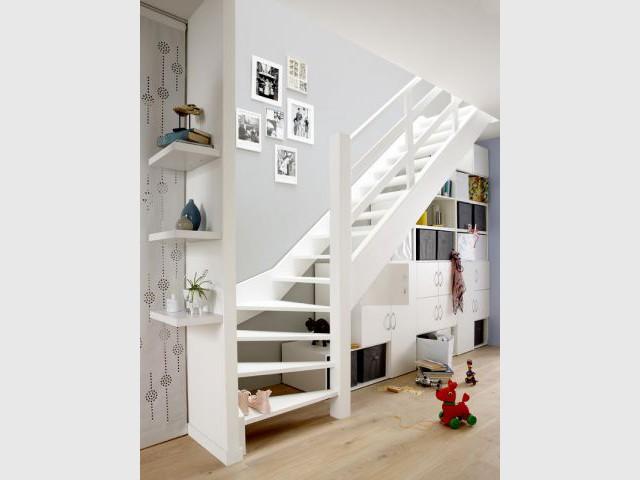 Une bibliothèques sous l'escalier