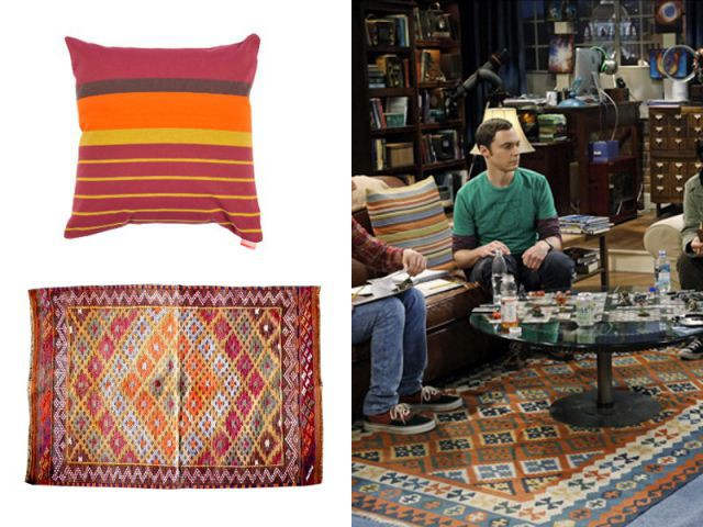 Un coussin et un tapis colorés et assortis - Déco The Big Bang Theory
