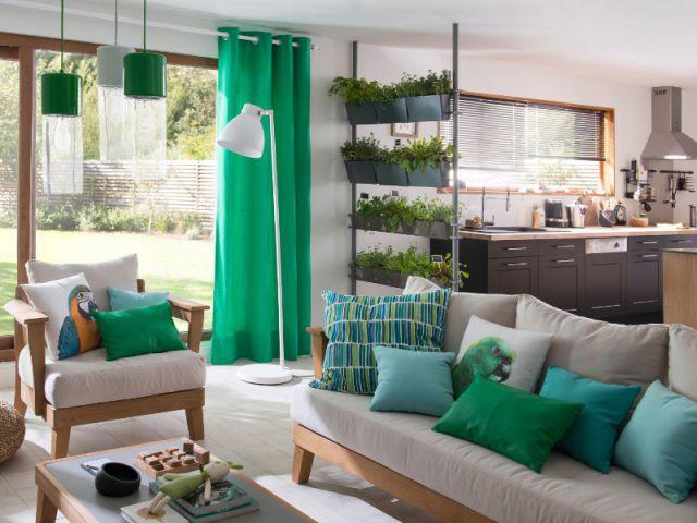Un fauteuil simple accompagné d'accessoires déco - Dix fauteuils pour embellir son salon