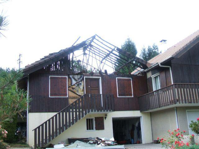 La pose de la dalle à niveau d'équerre - Reconstruction totale d'une maison incendiée