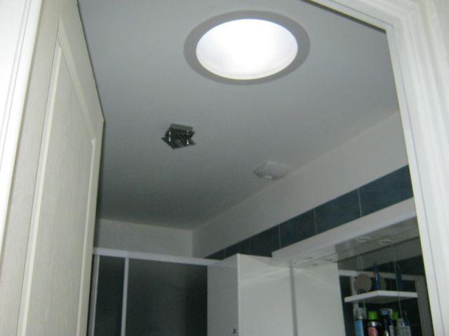 Un puits de lumière au niveau de la salle de bains - Reconstruction totale d'une maison incendiée
