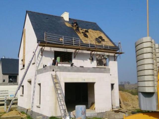 Pose de la couverture et de l'étanchéité de la toiture terrasse - Maison Bati Tech