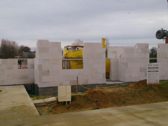 Elévation des murs en béton cellulaire - Maison Bati Tech