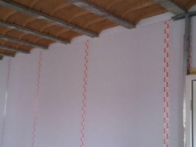 Pose de l'isolant polyuréthane en doublage - Maison Bati Tech