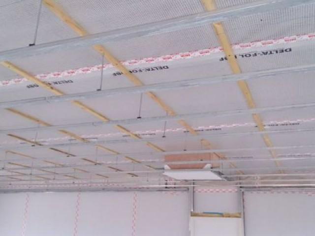 Pose de la membranne d'étanchéité à l'air en plafond droit des combles - Maison Bati Tech
