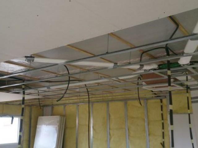 Pose du réseau de ventilation en gaine rigide et des gaines électriques - Maison Bati Tech