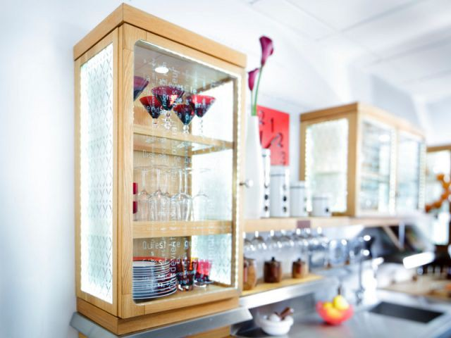 Une étagère vitrée pour embellir sa vaisselle - Dix solution de rangement pour sa vaisselle