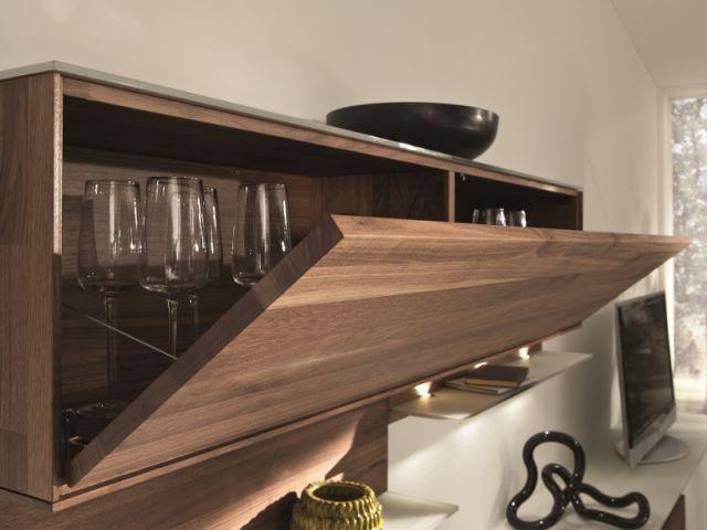 Un placard à verre à la porte rétractable  - Dix solutions de rangement pour sa vaisselle