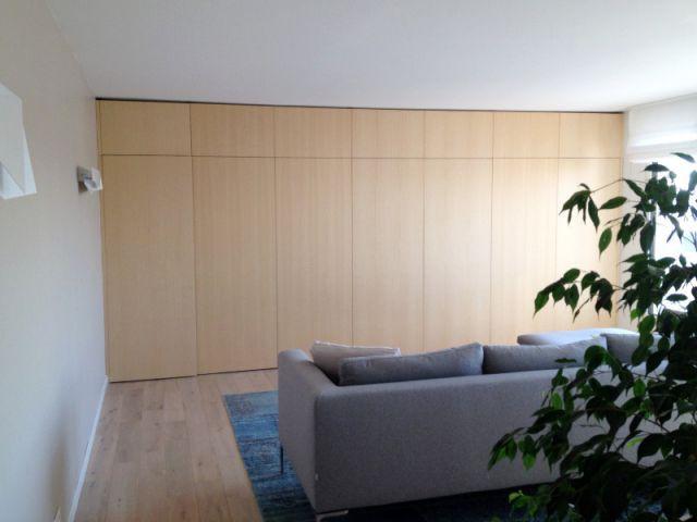Espace salon et bibliothèque dans la pièce à vivre - Des rangements sur-mesure pour gagner de la place