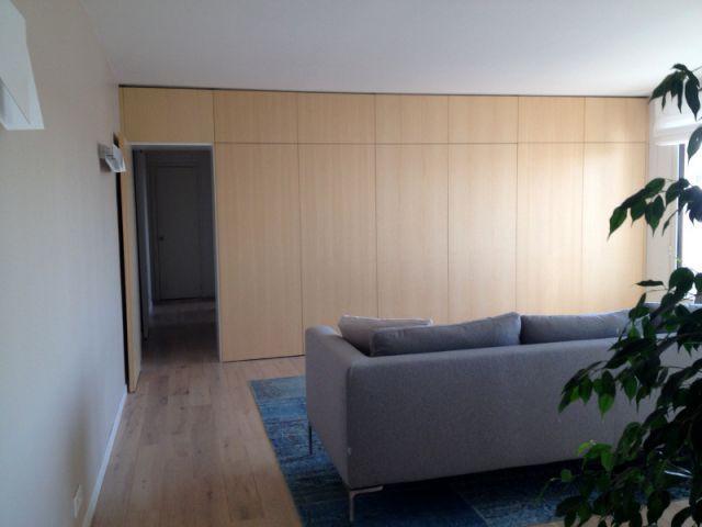 Une bibliothèque sur-mesure pour meubler le salon - Des rangements sur-mesure pour gagner de la place