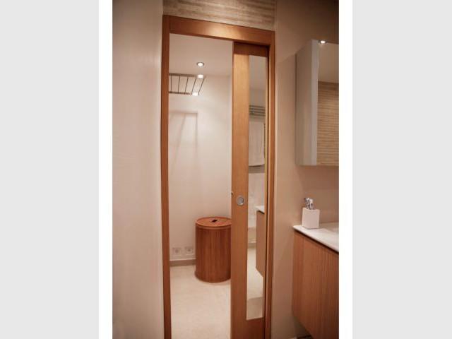 gagner de l 39 espace gr ce une biblioth que et des rangements sur mesure. Black Bedroom Furniture Sets. Home Design Ideas