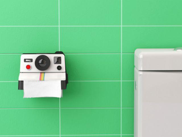 Un dérouleur de papier toilette en forme de Polaroïd - Toilettes originales