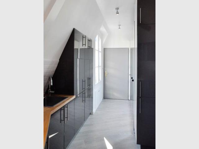 Une entrée et un couloir tout en lumière - Rénovation d'un appartement sous pente Moutiez Haller