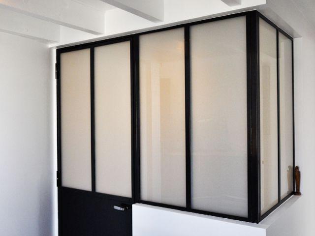 Une verrière dans la cuisine au style industriel  - Rénovation d'un appartement sous pente Moutiez Haller