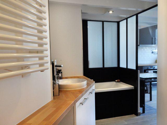 Une salle de bains qui suit la ligne de la cage d'escalier - Rénovation d'un appartement sous pente Moutiez Haller