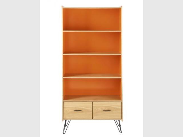 Une bibliothèque orange pour un salon vintage - Autour de la couleur orange