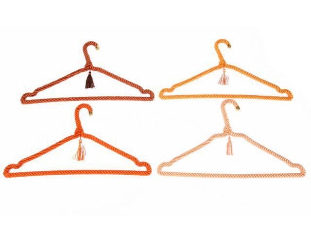 Des cintres oranges pour un dressing coloré - Autour de la couleur orange