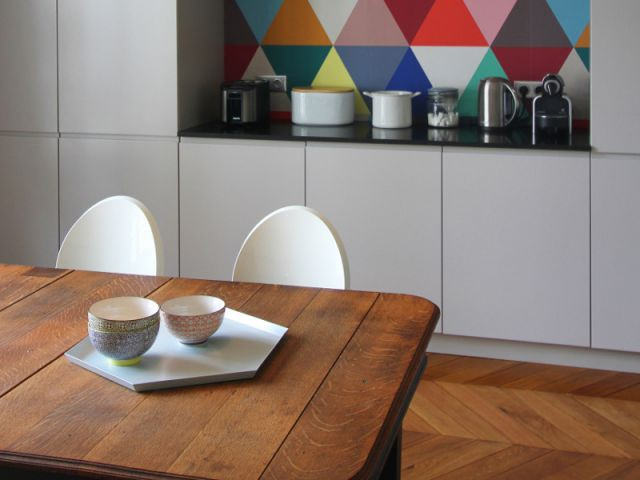 Une table plutôt qu'un îlot central - Cuisine à vivre graphique et vive
