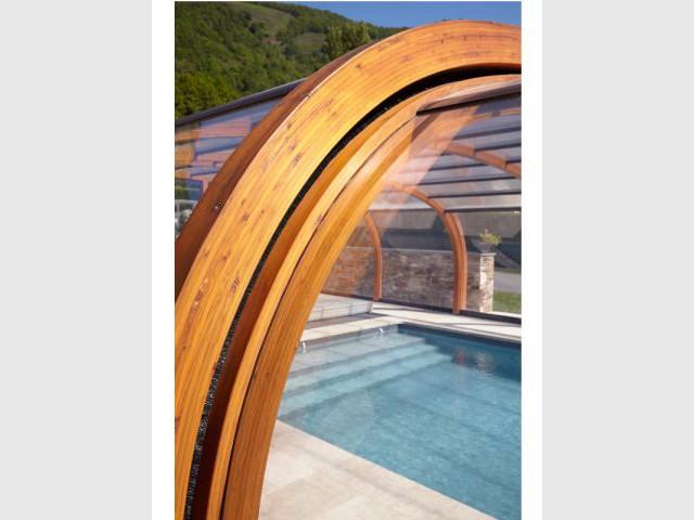 Des couches de lasure en chêne doré - Reportage abri de piscine montagne