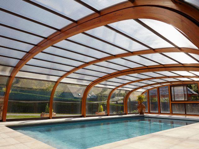 Des panneaux transparents captant la chaleur - Reportage abri de piscine montagne