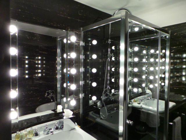 Une salle de bains comme une arrière scène - Suite Cabaret hôtel Seven Paris