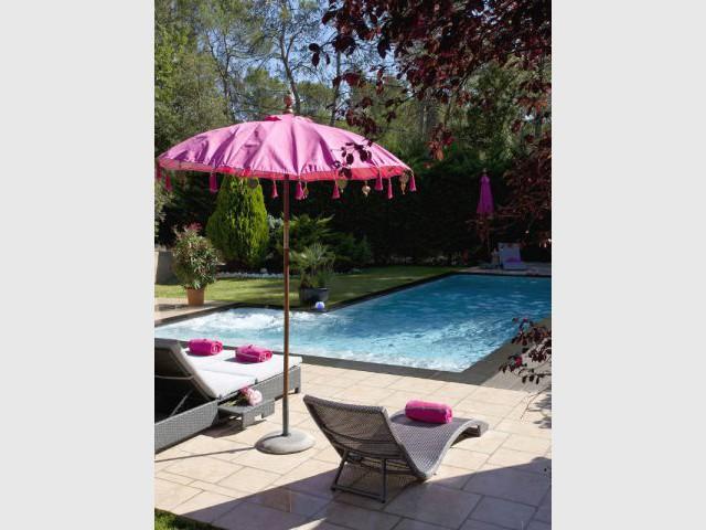 Piscine agrandie avec ajout d'un muret avec lame d'eau - Avant - Trophées de la piscine 2014