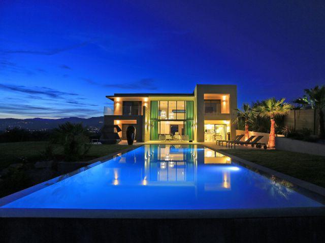 Piscine de nuit majestueuse avec bords miroirs et débordement - Trophées de la piscine 2014